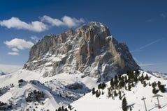 Vista frontal de un pico de montaña en invierno. Imágenes de archivo libres de regalías