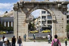 Vista frontal del arco de Hadrian en el centro de Atenas fotografía de archivo