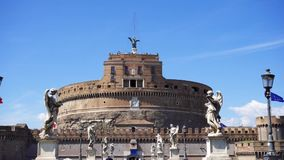 Vista frontal del castillo medieval del puente de Ángel del ` de Sant Fortaleza del St Ángel de Castello en Roma, Italia metrajes