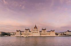 Vista frontal del edificio húngaro del parlamento en la puesta del sol Fotos de archivo libres de regalías