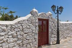 Vista frontal del monasterio de Panagia Tourliani en la ciudad de Ano Mera, isla de Mykonos, Grecia imagen de archivo libre de regalías