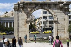 Vista frontal do arco de Hadrian no centro de Atenas fotografia de stock