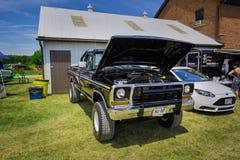 Vista frontale anteriore stupefacente di retro camioncino d'annata classico di SUV Fotografie Stock Libere da Diritti