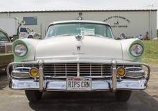 Vista frontale bianca 1956 di Ford Fairlane Crown Victoria Green Fotografia Stock Libera da Diritti