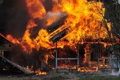 Vista frontale bruciante delle fiamme della casa fotografia stock