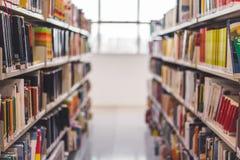 Vista frontale da un corridoio del libro in una biblioteca fotografia stock libera da diritti