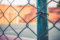 Vista frontale da una griglia del metallo di una corte di sport immagine stock libera da diritti