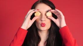 Vista frontale degli occhi di chiusura della donna puerile con i dolci archivi video