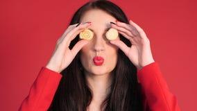 Vista frontale degli occhi di chiusura della donna puerile con i dolci stock footage