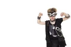 Vista frontale degli occhiali di protezione pilota d'uso del bambino punk con il pugno alzato sopra fondo bianco Fotografia Stock