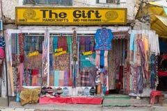Vista frontale dei vestiti e dei ricordi tibetani del negozio in Leh, Ladakh, India Immagini Stock Libere da Diritti
