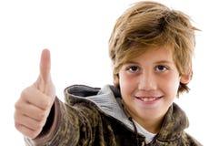 Vista frontale del bambino di acclamazione con i pollici in su Fotografia Stock