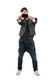 Vista frontale del giovane d'avanguardia che prende foto con il telefono cellulare immagini stock libere da diritti