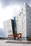 Vista frontale del museo titanico di Belfast fotografia stock