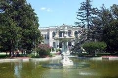 Vista frontale del palazzo di Dolmabahce con il suo giardino immagini stock libere da diritti
