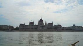 Vista frontale del Parlamento di Budapest stock footage