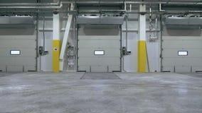 Vista frontale del portone automatico dentro il centro di logistica stock footage