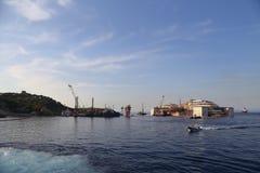 Vista frontale del relitto di Costa Concordia il 19 luglio 2014 nell'isola di Giglio, Italia Immagini Stock