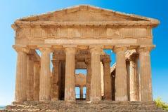 Vista frontale del tempio greco di Concordia nella valle delle tempie di Agrigento (Sicilia) fotografia stock libera da diritti
