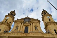 Vista frontale del Theatinerkirche al Odeonsplatz a Monaco di Baviera in Germania immagine stock libera da diritti