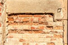 Vista frontale del vecchio muro di mattoni della via Immagine Stock