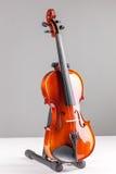 Vista frontale del violino isolata su gray Immagini Stock Libere da Diritti