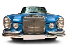 Vista frontale dell'automobile classica con la targa di immatricolazione in bianco