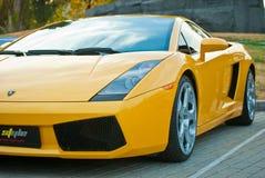 Vista frontale dell'automobile sportiva gialla fotografia stock libera da diritti