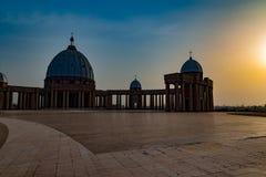 Vista frontale della basilica della nostra signora di pace con il tramonto all'ovest fotografia stock libera da diritti