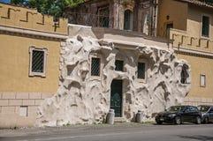 Vista frontale della casa con la decorazione creativa ed insolita della via a Roma Immagini Stock Libere da Diritti