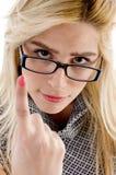 Vista frontale della donna seria con indicare barretta Immagini Stock