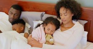 Vista frontale della famiglia nera che dorme nella camera da letto a casa 4k video d archivio