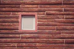 Vista frontale della finestra di legno sul tetto della casa di legno nello stile d'annata alla campagna Immagini Stock