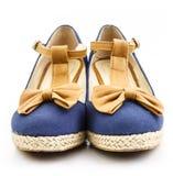 Vista frontale della scarpa blu fotografia stock