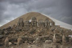 Vista frontale delle rovine del monte Nemrut immagini stock
