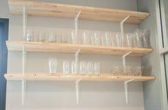 Vista frontale dello scaffale di legno di vetro Fotografia Stock