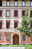 Vista frontale di bella facciata di una costruzione a Milano, Italia, Immagine Stock