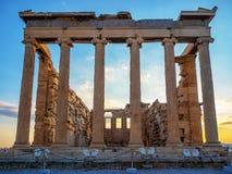 Vista frontale di Erechtheion sull'acropoli, Atene, Grecia al tramonto immagini stock