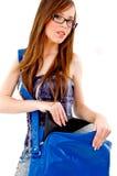 Vista frontale di giovane donna con il sacchetto dell'istituto universitario Fotografia Stock