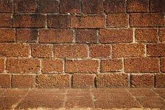 Vista frontale di grande struttura approssimativa del muro di mattoni, Fotografia Stock Libera da Diritti