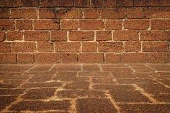 Vista frontale di grande struttura approssimativa del muro di mattoni Fotografia Stock