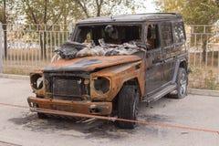 Vista frontale di grande SUV bruciato Immagine Stock