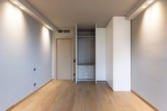 Vista frontale di stanza moderna con il grande guardaroba fotografie stock libere da diritti