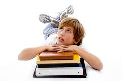 Vista frontale di stenditura del ragazzo con i libri Fotografie Stock