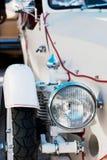 Vista frontale di un'automobile d'annata bianca fotografia stock libera da diritti