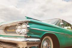 Vista frontale di un'automobile verde di Pontiac il Bonneville di anni '50 immagini stock libere da diritti