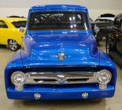 Vista frontale di un camion di raccolta di modello di Blue Ford degli anni 40 Fotografia Stock