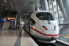 Vista frontale di un treno espresso interurbano (GHIACCIO) Immagini Stock