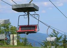 Vista frontale di una cabina di funivia rossa vuota nella stagione estiva Fotografie Stock