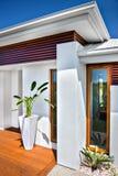 Vista frontale di una casa e di un cielo blu moderni Fotografia Stock